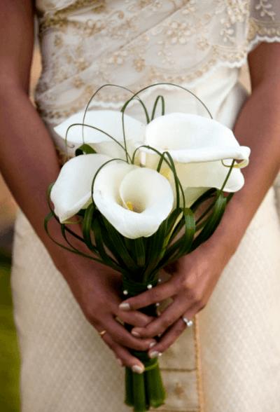 букет невесты в белых тонах