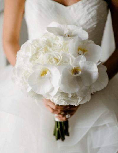 свадебный букет из белых и розовых роз