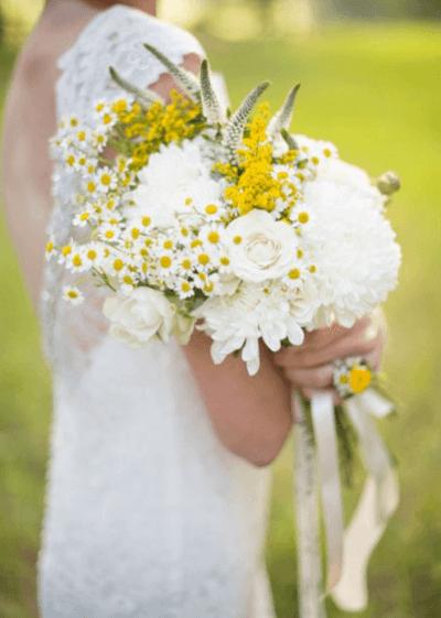 свадебный букет из хризантем и альстромерий