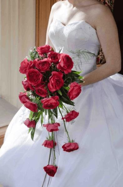букет невесты из красных кустовых роз