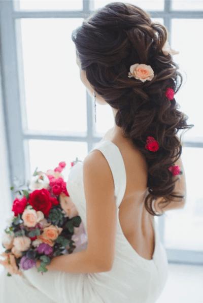 прическа на свадьбу с цветами