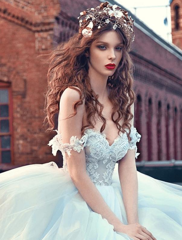 прическа с короной на свадьбу