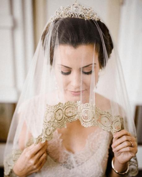 прически свадебные с короной и фатой