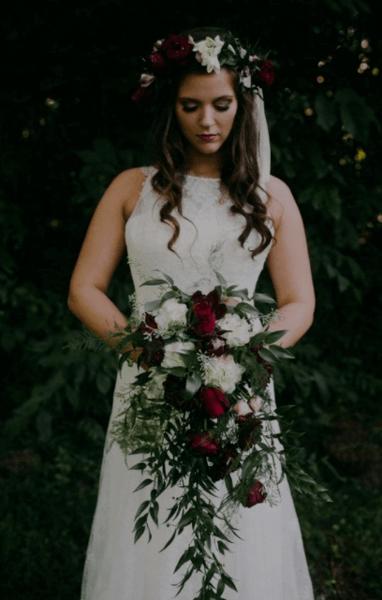 букет невесты бордово белый