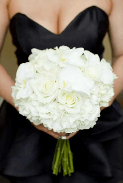 свадебный букет бело синий из роз