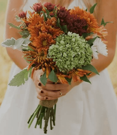 свадебный букет из синих и белых хризантем