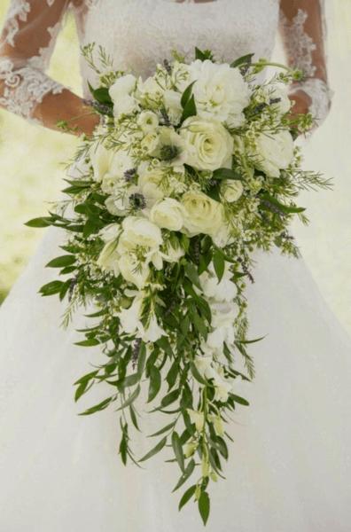 букет свадебный из белых роз и хризантем