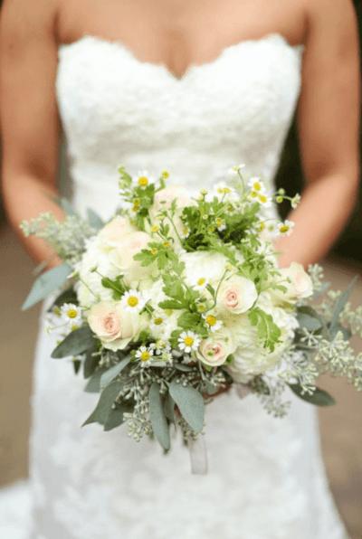 свадебный букет с ромашками и розами