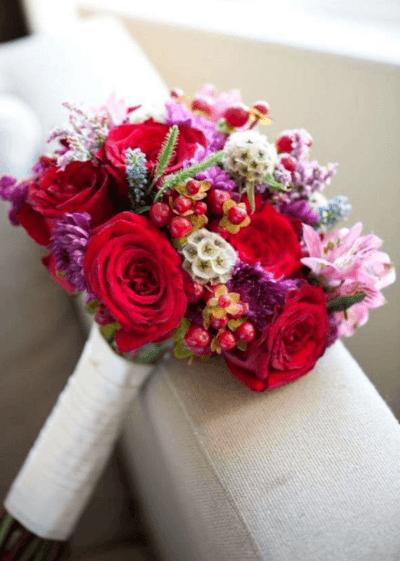 букет невесты с красными цветами