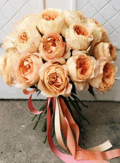 букет невесты из пионовидных роз и фрезий