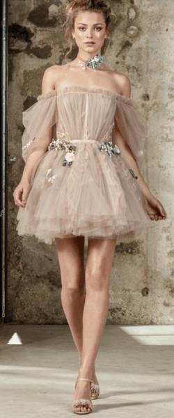 невеста в пудровом платье с подружками