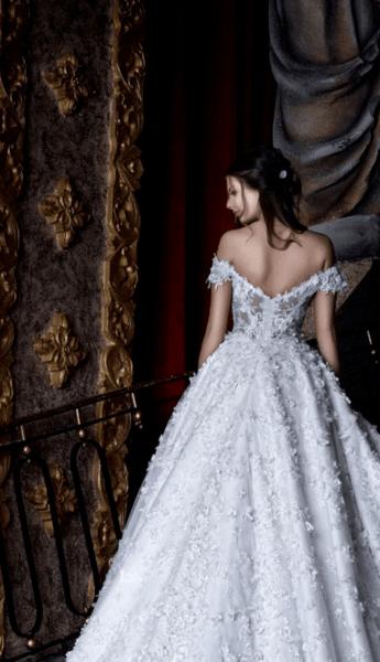 свадебное платье с открытыми плечами и рукавами