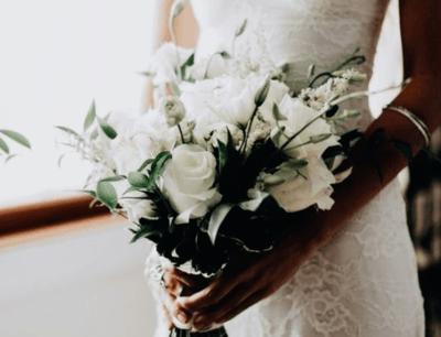 свадебный букет белые розы и ирисы