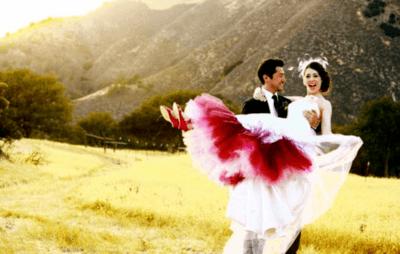 Свадебное платье невесты в бело — красных тонах